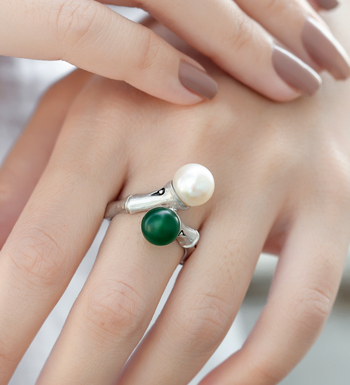 33-0052 - Italian Craftmanship - Bamboo Ring in Sterling Silver with Freshwater Pearl and Green Carnelian
