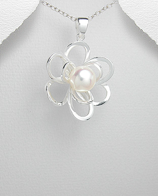 382-477 - 925 Sterling Silver Flower Pendant Decorated With Fresh Water Pearl